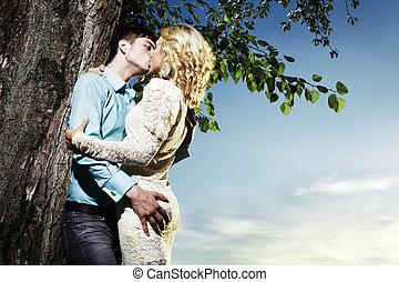 Retrato de pareja de amor abrazando al aire libre en el parque