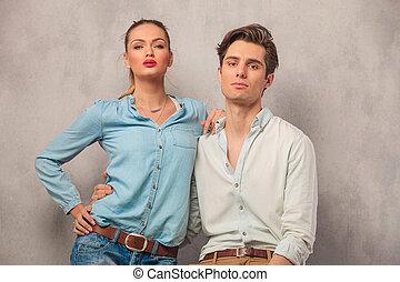 Retrato de pareja joven sosteniéndose en el estudio