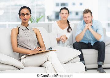 Retrato de terapeuta e infeliz pareja
