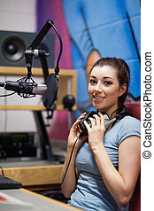 Retrato de un anfitrión de radio posando