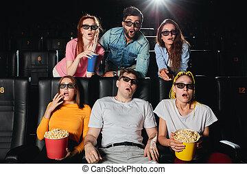 Retrato de un asombroso grupo de jóvenes mirando la pantalla