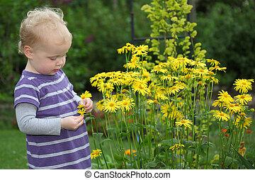 Retrato de un bebé feliz en el jardín