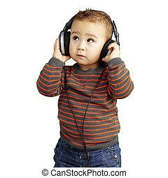 Retrato de un chico guapo escuchando música mirando a W