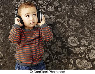 Retrato de un chico guapo escuchando música mirando hacia adelante