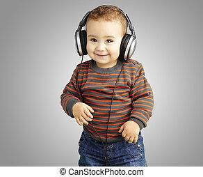 Retrato de un chico guapo escuchando música y sonriendo sobre G