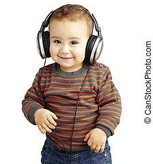 Retrato de un chico guapo escuchando música y sonriendo sobre W