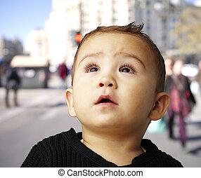 Retrato de un chico guapo mirando hacia la calle abarrotada