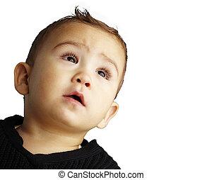 Retrato de un chico guapo mirando hacia un fondo blanco