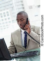 Retrato de un empleado de oficina haciendo una llamada