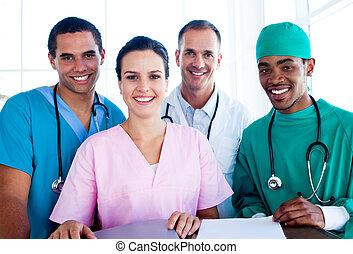 Retrato de un equipo médico exitoso en el trabajo