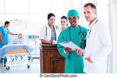 Retrato de un equipo médico serio en el trabajo