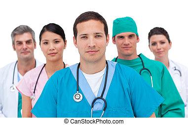 Retrato de un equipo médico serio