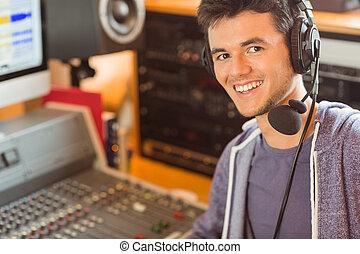 Retrato de un estudiante universitario mezclando audio