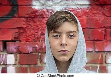 Retrato de un hermoso adolescente con capucha