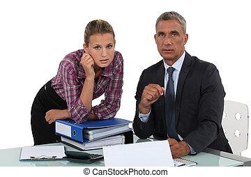 Retrato de un hombre de negocios con su secretaria