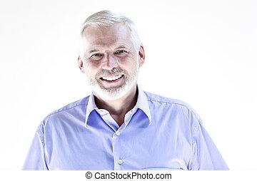Retrato de un hombre mayor sonriendo
