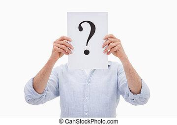Retrato de un hombre que esconde su cara tras una interrogación