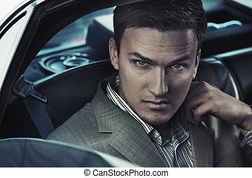 Retrato de un hombre sexy en el auto