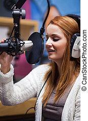 Retrato de un joven anfitrión de radio