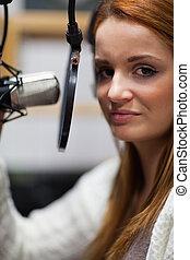 Retrato de un joven anfitrión de radio posando