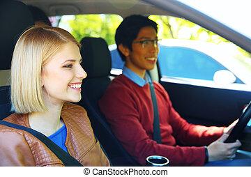 Retrato de un joven estudiante en coche