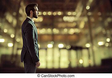 Retrato de un joven gerente en el edificio de oficinas
