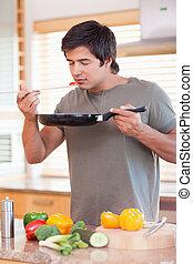 Retrato de un joven saboreando su comida