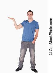 Retrato de un joven sosteniendo algo