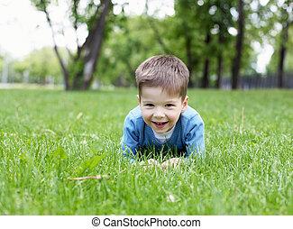 Retrato de un niño al aire libre