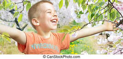 Retrato de un niño caminando por el huerto
