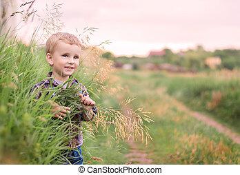 Retrato de un niño feliz en el parque