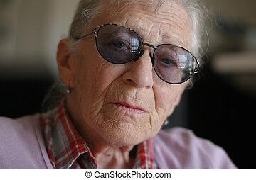 Retrato de una anciana, primer plano. Dofe superficial.