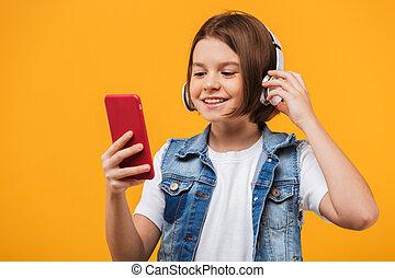 Retrato de una colegiala alegre escuchando música