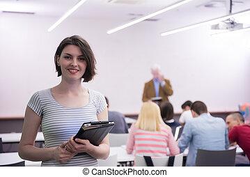 Retrato de una estudiante feliz en clase
