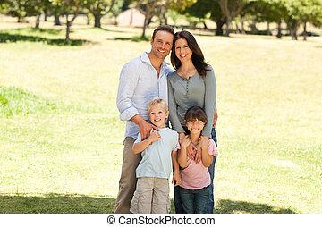 Retrato de una familia en el parque