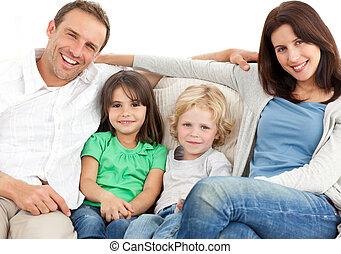 Retrato de una familia en el sofá