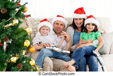 Retrato de una familia en Navidad en el sofá