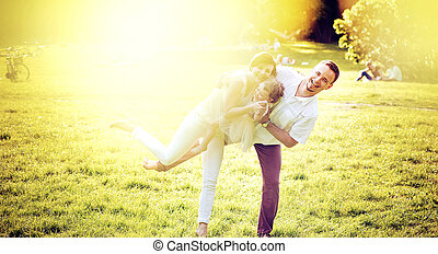 Retrato de una familia encantada relajándose en el parque