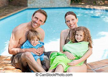 Retrato de una familia feliz a su lado