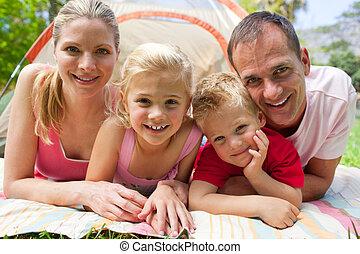 Retrato de una familia feliz en la hierba