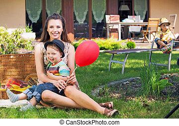 Retrato de una familia feliz jugando en el jardín