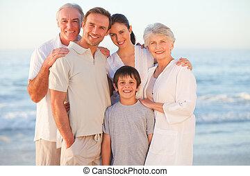 Retrato de una familia sonriente