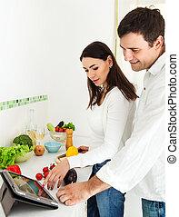 Retrato de una feliz pareja en la cocina