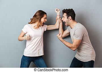Retrato de una furiosa joven pareja teniendo una discusión