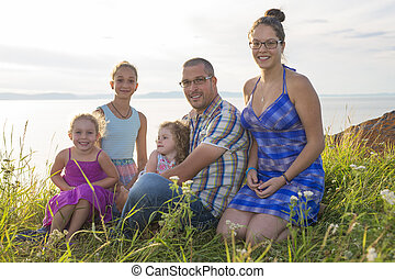 Retrato de una gran familia feliz mirando a la cámara durante las vacaciones