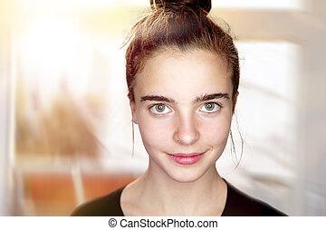 Retrato de una hermosa adolescente sonriente