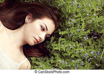 Retrato de una hermosa joven en el jardín de verano