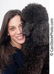 Retrato de una hermosa joven mujer abrazando a su hermoso perro