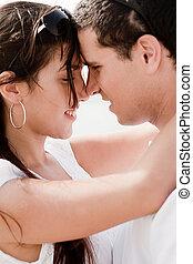 Retrato de una hermosa pareja abrazada