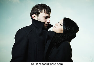 Retrato de una hermosa pareja al aire libre